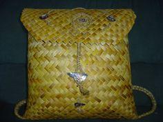 Backpack with flap and koru design made by me … Tino Ataahua Mandy & Maru Russell . Flax Weaving, Basket Weaving, Woven Baskets, Maori Designs, New Zealand Art, Maori Art, Native Style, Borneo, Kite