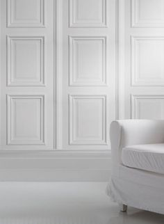 White Wood Panelling trompe l'oeil wallpaper par Studio Mold The White Wood Panelling wallpaper is inspired by georgian architectural details and features white decorative panels for a classy and classic look. It can be used to create a bright elegant feel reminicent of stately homes, georgian conservatories and posh hotels! Perfect for feature walls or a whole room. #thecollection