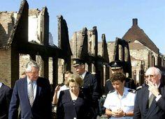 Koningin Beatrix in Enschede vlak na de vuurwerkramp.