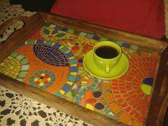 diseños de mosaiquismo en bandejas - Buscar con Google Mosaic Tray, Mosaic Tiles, Fused Glass Art, Stained Glass Art, Mosaic Projects, Art Projects, Mosaic Furniture, Mosaic Garden Art, Mosaic Madness