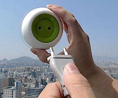 Dit mobiele stopcontact plak je op een raam om zonne-energie te laden.