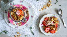 Deze aardbeien met een crumble van kokos en havermout zijn een heerlijk en gezond ontbijt. Een tikkeltje tropisch en lekker fris!