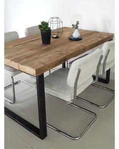 Prachtig- de Rib stoelen van Initial aan een houten tafel. www.gewoonstijl.nl