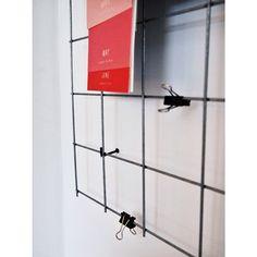 """""""Någon annan som har eller vill ha ett nät på väggen att hänga grejer på?   Vi har detta i köket för att slippa belamra kylen med lappar och magneter [bild…"""""""