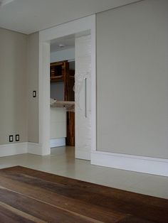 Combinação piso, rodapé de plástico e parede.