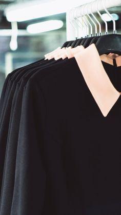 Пошили на заказ партию женских классических платьев в из чёрного трикотажа с акцентным отложным воротником. Выполняем заказы любой сложности и точно в срок!