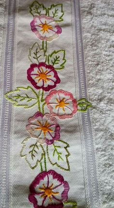 This Pin was discovered by ayl Brazilian Embroidery Stitches, Hand Embroidery Videos, Bead Embroidery Patterns, Hand Embroidery Flowers, Flower Embroidery Designs, Hand Embroidery Stitches, Crewel Embroidery, Embroidery Hoop Art, Ribbon Embroidery