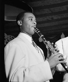 Jimmy Hamilton (25 de mayo de 1917 - 20 de septiembre de 1994) fue un músico de jazz estadounidense, clarinetista, saxofonista tenor, compositor y maestro musical, conocido sobre todo por su trabajo con Duke Ellington.  http://en.wikipedia.org/wiki/Jimmy_Hamilton  http://es.wikipedia.org/wiki/Jimmy_Hamilton