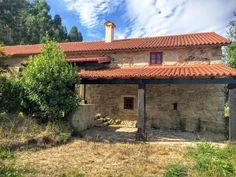 Casa de piedra rehabilitada recientemente en entorno Rural. Cabin, House Styles, Outdoor Decor, Home Decor, Stone Houses, Old Houses, Decoration Home, Room Decor, Cabins