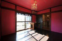 大正ロマンインテリア ハイカラにしたい時は、 赤やワインレッドの 壁紙。 他の色は抑えます。