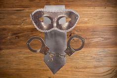 Kit de Corbata, Máscara y Esposas Metálicas Grey - ¿Te gusta el mundo bondage? Con este kit te recrearas en la escena del libro que todo el mundo habla, fabricado y pensado exclusivamente para las escenas, descubre tu lado mas fetish - LOVERSpack. #loverspack #erotismo #sensualidad #50sombrasdegrey #50sombrasmasoscuras #regalospicantes #regalos #lenceria #erotico#sensual #esposas #bondage #antifaz #mascara