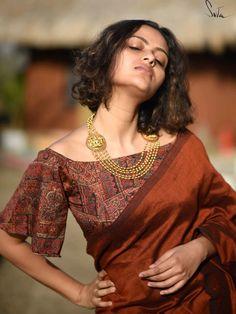 Shop Beautiful Blouse Designs For Your Plain Cotton Sarees - - Want to shop best blouse designs for your plain cotton sarees? Do check out this brand's collection. Blouse Back Neck Designs, Cotton Saree Blouse Designs, Best Blouse Designs, Latest Saree Blouse Designs, Indian Blouse Designs, Traditional Blouse Designs, Saree Blouse Patterns, Silk Cotton Sarees, Churidar