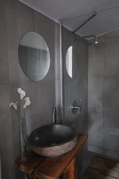 #woodhouseparadohuta #zuhanyzó #luxus House In The Woods, Sink, Mirror, Furniture, Home Decor, Luxury, Sink Tops, Vessel Sink, Decoration Home