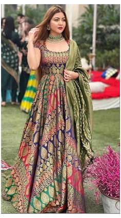 Indian Bridesmaid Dresses, Party Wear Indian Dresses, Pakistani Fashion Party Wear, Designer Party Wear Dresses, Pakistani Dresses Casual, Indian Gowns Dresses, Indian Fashion Dresses, Kurti Designs Party Wear, Dress Indian Style