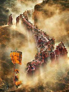 Tibet - les moines transporte un thangka Vajrayana Buddhism, Asia, Little Buddha, Meditation, World Religions, Tibetan Buddhism, Life Is A Journey, Dalai Lama, Travel Inspiration