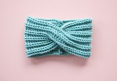 Kostenlose Strickanleitung Stirnband mit Twist Free knitting instructions Headband with twist Headband Pattern, Knitted Headband, Knitted Hats, Crochet Hats, Crochet Slippers, Knitting Needles, Free Knitting, Baby Knitting, Knitting Patterns