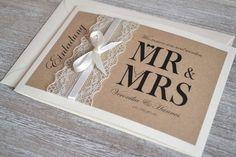 **Gestaltung:**  Liebevoll gestaltete Einladungskarten zur Hochzeit im angesagten Vintage Design mit Spitze & Schleifchen in creme ( auch in weiß möglich). Das Deckblatt ist mit braunem...