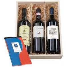 Das Geschenkset mit Geburtstagschronik besteht aus 3 Flaschen Wein und einer Tageschronik (jeder Tag wählbar). Verpackt in einer Holzbox mit Wunsch-Gravur.