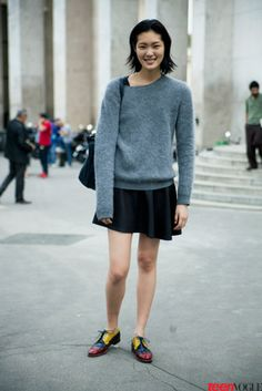 Model #ChiharuOkunugi keeps it comfy in a gray sweater, flippy skirt, and multi-tone #Oxfords (yes, please!).