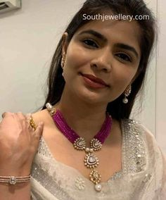 Chinmayi Sripada in a ruby beads necklace set photo Beaded Jewelry Designs, Gold Jewellery Design, Bead Jewellery, Jewelery, Latest Jewellery, Diamond Jewellery, Bridal Jewellery, Pendant Jewelry, Jewelry Necklaces