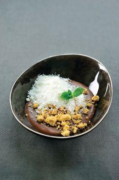 Chocomousse met sneeuw van yoghurt http://njam.tv/recepten/chocomousse-met-sneeuw-van-yoghurt