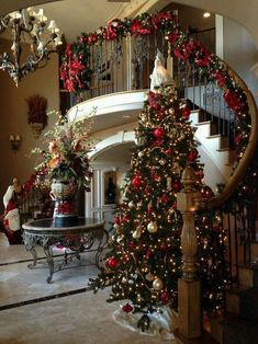 Below are the Christmas Entryway Decoration Ideas. This post about Christmas Entryway Decoration Ideas was posted under the Exterior Design … Christmas Entryway, Farmhouse Christmas Decor, Noel Christmas, Christmas Crafts, Christmas Tree Gold And Red, Decorated Christmas Trees, Rustic Christmas, Staircase Decoration, Christmas Movies