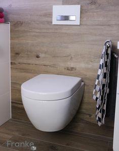 Badezimmer mit Fliesen in einer Holzoptik. V&B Subway 2.0 weiss DirectFlush…