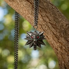 The Witcher 3 Wild Hunt Medallion and Chain with LED Eyes The Witcher 3, Witcher 3 Geralt, Witcher 3 Wild Hunt, Skyrim, Real Witches, Red Led Lights, Wolf Jewelry, Demon Hunter, White Wolf