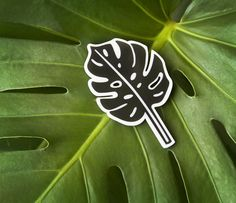 MONSTERA BROOCH - BROCHE MONSTERA Inspírate en la selva amazónica y llévate este broche monstera (Filodendron o costilla de Adán) para adornar tu solapa.