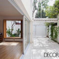 Casa Cinco Patios, na Argentina, compreende espaços ao ar livre que permitem aos moradores contemplar o cenário urbano.