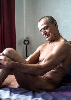 Como su jubilación no le alcanzaba para vivir él se convirtió en modelo de desnudos a los 75 años