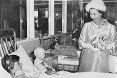 Imagini pentru 20 noiembrie Australian People, Princess Margaret, The Crown, Rare Photos, Queen Elizabeth, Black And White, Stea, Noiembrie, Image