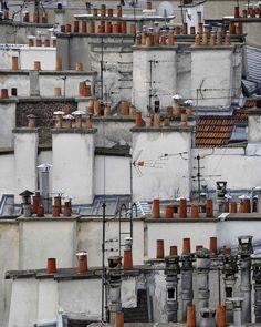 Una romantica passeggiata sui tetti parigini grazie alle foto del pluripremiato artista tedesco.