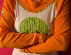 """Mikina """"Čekání na jaro"""" Veselá jarní mikina ušitá z recy trička a dotvořená kombinací další nových látek. Na prsou je aplikace vytvořená technikou vrstvení a prostřihávání látek. Velikost +/- 42 (L/XL). Možno zkombinovat s kalhotami Čekání na jaro. Také můžete sladit s keramickýmináušnicemiz dílnyEPA365(vše za jedno poštovné)."""