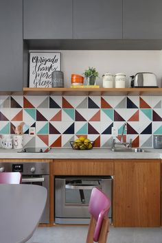 45 Beautifful And Cozy Colourfull Kitchen Ideas - Retro kitchen decor can be tricky to get right in a modern kitchen. When you design your kitchen you want to get a feel for the era that has inspired . Retro Kitchen Decor, Kitchen Tiles, Design Your Kitchen, Interior Design Kitchen, Cool Kitchens, Decoration, Kitchen Remodel, Diy Home Decor, Sweet Home