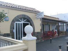 Restaurante Los Pinchitos  Coronel Gonzalez del Hierro, 21 Lajares  Restaurant molt cutre, pero menjar mol local. El millor estofat de cabra de tota la illa! El cabrit també es molt bo.