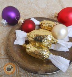Praliné Paradicsom: Mozart-szaloncukor házi pisztáciamarcipánnal Ornament Wreath, Christmas Bulbs, Homemade, Holiday Decor, Blog, Advent, Candy, Christmas Light Bulbs, Home Made