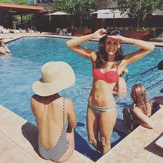 Nina Dobrev dévoile son corps de rêve en bikini avec ses amies à Hawaï  Nina Dobrev, Bikini