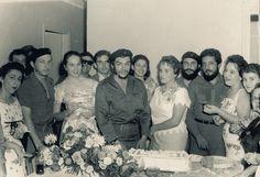 Durante la boda. A la izquierda, entre otros amigos, Vilma Espín y Raúl Castro.