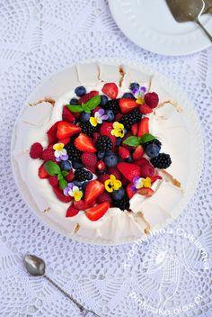 Pavlova z kwiatami i owocami Edible flower Pavlova