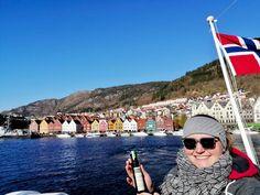 Was ist ein Muss beim Besuch der Stadt Bergen? Natürlich ein Ausflug ins Viertel Bryggen! Besonders einzigartig an diesem Stadtteil sind die vielen bunten Kaufmannshäuser, die sich am östlichen Ufer des inneren Hafenbeckens anreihen. Eine wahre Farbenexplosion direkt am Meer! 🖌️⠀ Danke @steffl95 für das tolle Foto! ⠀ Am Meer, Bergen, Louvre, Around The Worlds, Travel, Instagram, Norway, Thanks, Unique