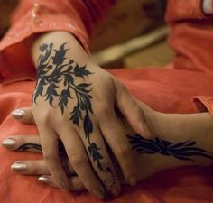 Beautiful tattoo - I have fantasized about a whole sleeve tattoo :) Inspired by things similar to the vine one here, or Hindu Wedding Henna - :) Henna Tattoo Designs, Tattoo Designs For Girls, Best Tattoo Designs, Mehndi Designs, Hena Designs, Body Art Tattoos, Sleeve Tattoos, Cool Tattoos, Henna Sleeve
