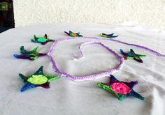 Oi gente!!! Dessa vez, preparei umas bandeirinhas de estrelinhas muito fofas. Ideais para decorar o quarto na cabeceirada cama, ou um cantinho no jardim… Eu confesso que amo bandeirinhas.:) …