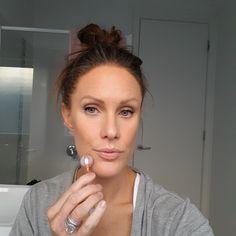 How to use a face roller Jade Face Roller, Dermaroller, Beauty Skin, Hair Beauty, Face Yoga, Facial Exercises, Face Massage, Massage Roller, Tips Belleza
