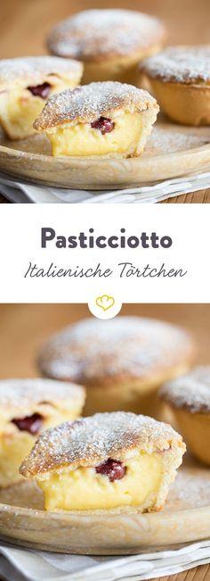 Pasticciotto: stuffed tart with sour cherries- Pasticciotto: gefülltes Törtchen mit Sauerkirschen A creamy tart from the south of Italy – refined with sour cherries, it becomes a fruity pleasure. Cherry Desserts, No Bake Desserts, Dessert Recipes, Mini Desserts, Cupcake Recipes, Healthy Desserts, Cookie Recipes, Fudge Caramel, Sour Cherry