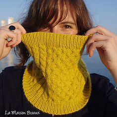 Bee Cowl - Free Pattern-love the mixture of honeycomb and cables - worsted weight.