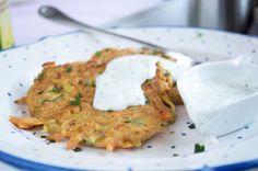 Einfaches und leckeres Rezept für herzhafte Zucchini-Möhrenpuffer, die sich für nahezu jedes Gericht als Beilage eignen.