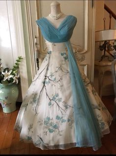 How to Create a Vintage Style Home Decor Vintage fashion is most simply a bu Vintage Gowns, Vintage Outfits, Vintage Fashion, Vintage Clothing, Vintage Dress Patterns, Dress Vintage, Beautiful Gowns, Beautiful Outfits, Pretty Outfits