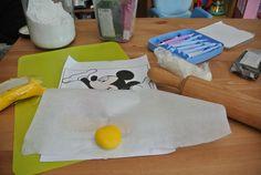 Come fare la cialda di topolino:  - stendere la pdz - mettere la carta forno sulla pdz stesa - ricalcare sul disegno appoggiato alla carta da forno la parte interessata sulla pdz - tagliare infine la parte ricavata - una volta tagliati tutti i pezzi ricostruire la figura di Topolino come fosse un puzzle - lasciare riposare (io l'ho fatto una settimana prima). - per i contorni utilizzare un pennarello nero da dolci (io solo per ripassare i contorni delle scarpe e delle mani)