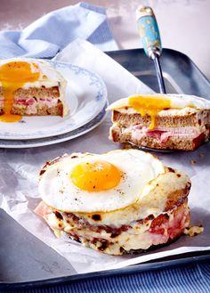 Geröstetes Graubrot mit Schinken, Käse und einem Spiegelei obendrauf - das perfekte Abendbrot!